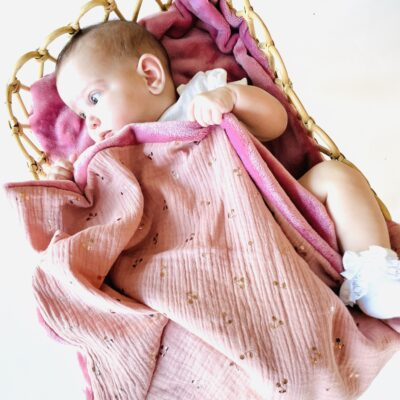 La petite couverture nomade et douillette faite main avec amour Voici notre jolie collection de Baby Plaid. Une petite couverture nomade à emporter partout. Légère et chaude, elle deviendra vite un indispensable de vos sorties.